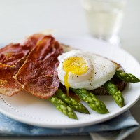 Asparagus, crispy ham and poached egg on toast recipe