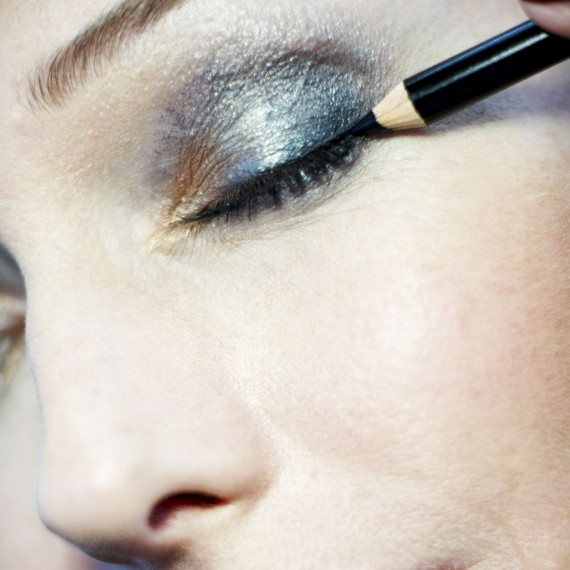 how to apply eyeliner-make up-woman and home